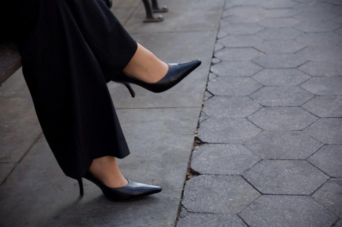 קוד לבוש לנשות עסקים, תדמית ואופנה, נעלי עקב ומכנס שחור.