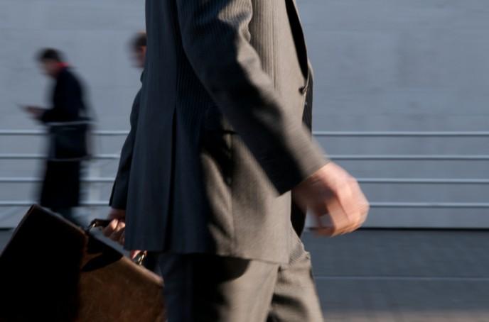 גבר בלבוש מחוייט הולך לבנק