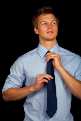 עניבה - עד לאן מגיעה העניבה, התאמת העניבה לחולצה, למכנס ולז'קט.